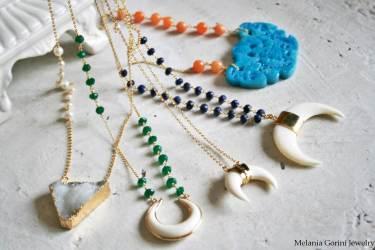 Parte della collezione con i pendenti in corno