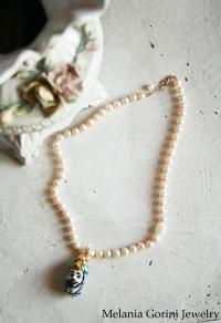 Collana di perle e moro in ceramica